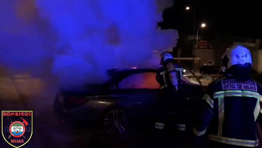 Bomberos Mijas extingue un vehículo en llamas esta madrugada