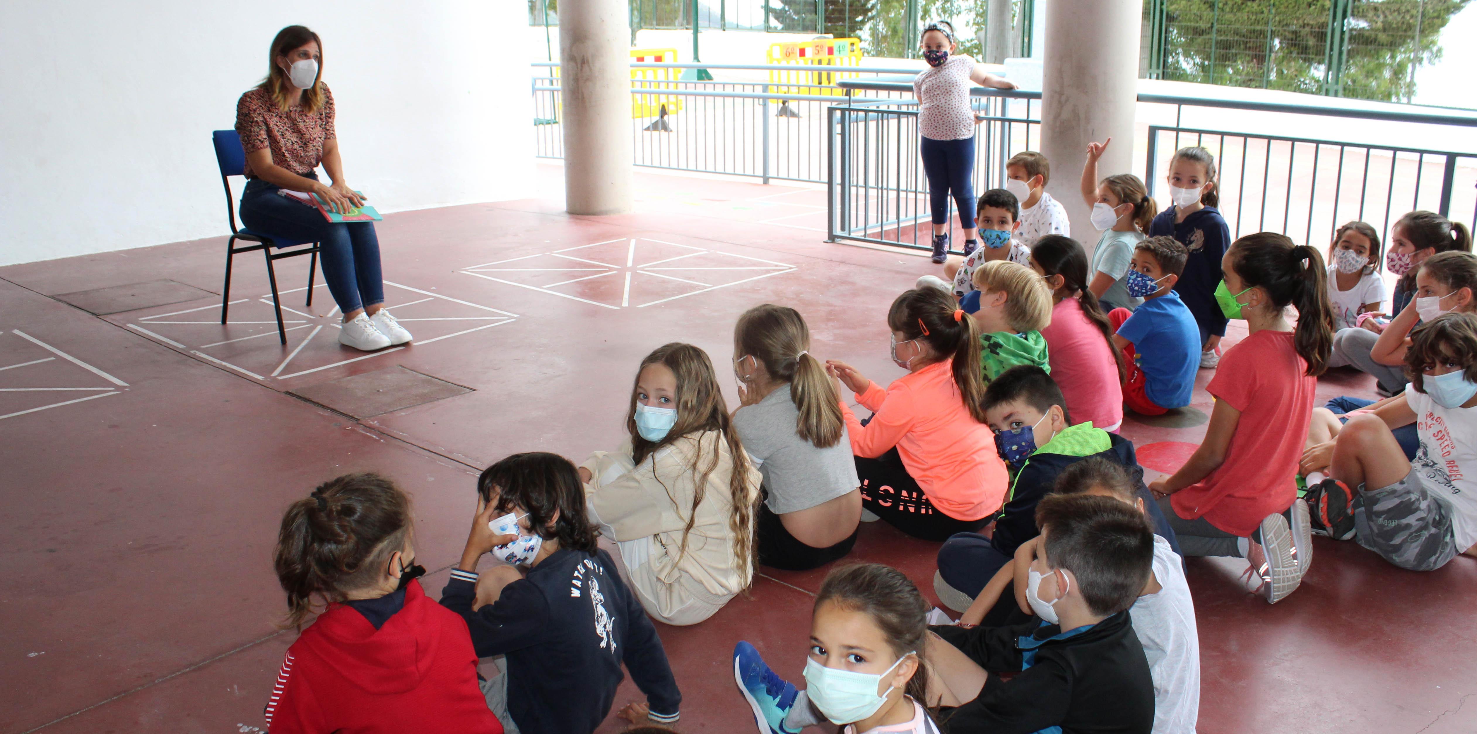 Los alumnos del colegio San Sebastián se encuentran con la autora mijeña Nuria Díez