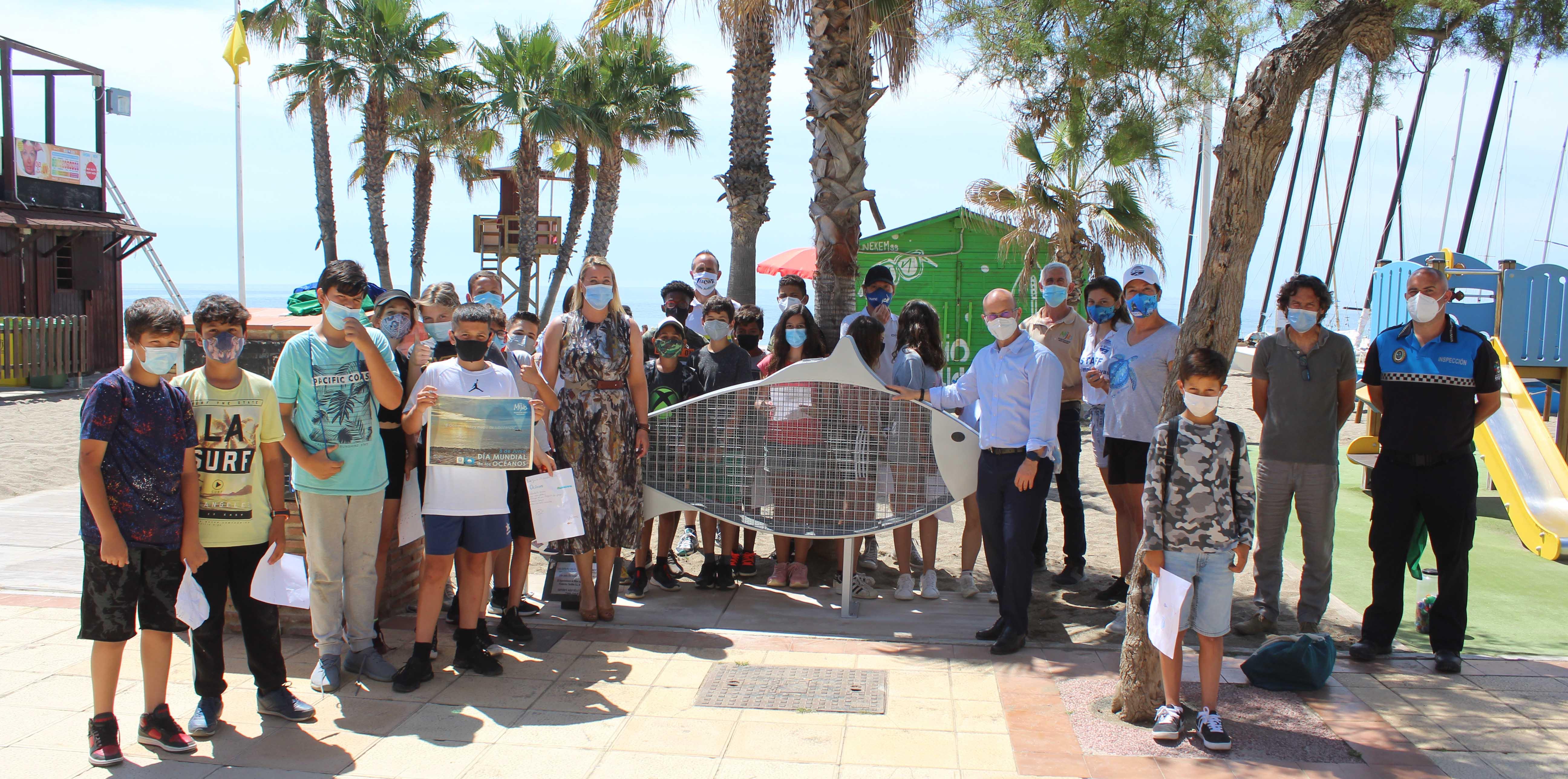 Llega a la costa de Mijas el único pez que se 'alimenta' de plástico