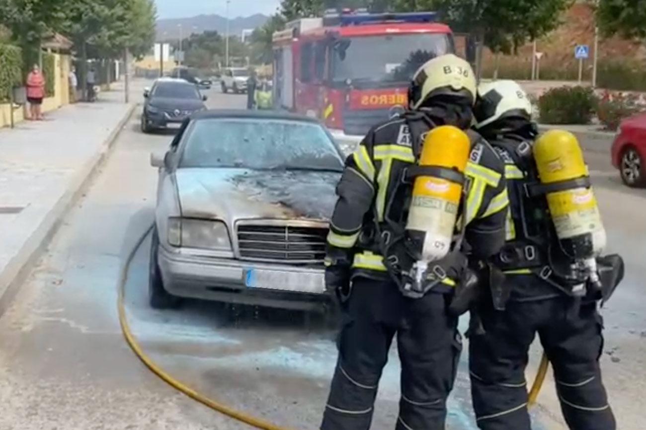 Arde un vehículo en la avenida Mare Nostrum de La Cala