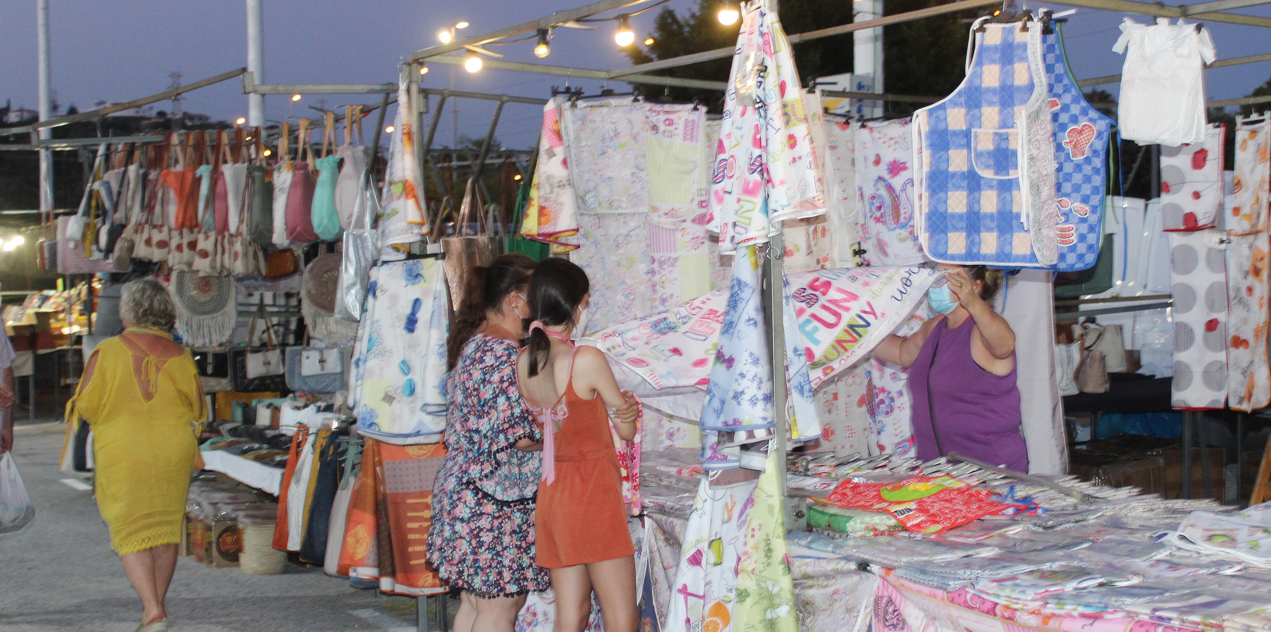 Buena acogida del mercadillo nocturno de verano en La Cala en su segundo día de apertura
