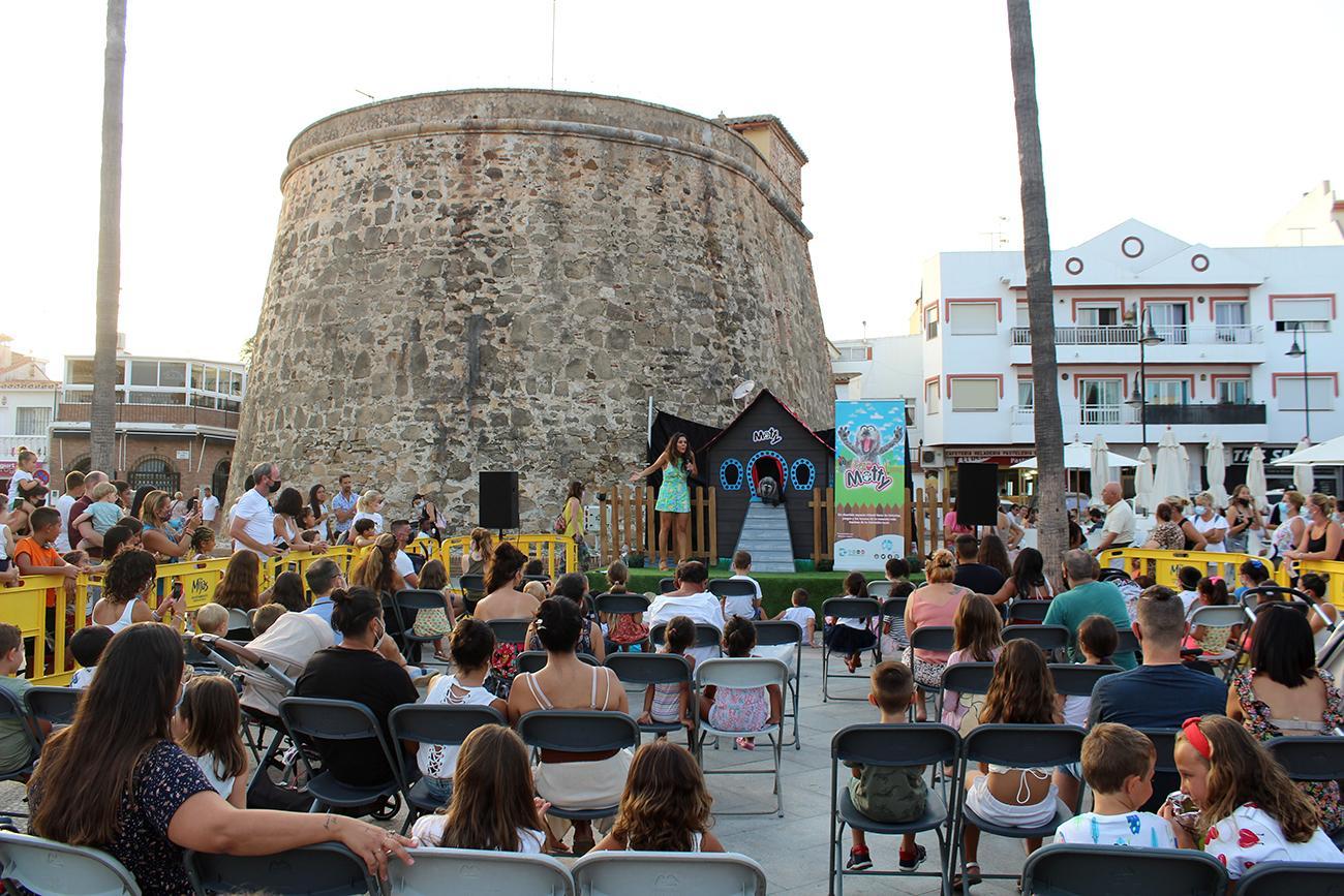 Motty refresca con su simpatía la plaza del Torreón de La Cala