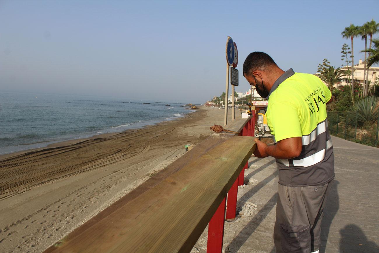 La concejalía de Playas acomete trabajos de mejora de la Senda Litoral