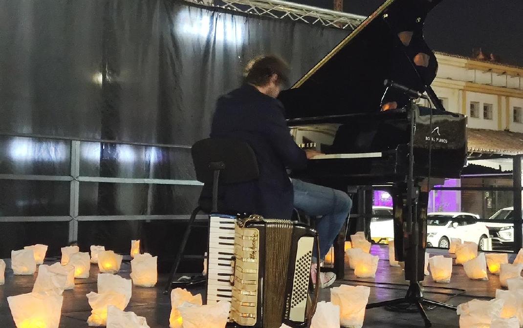El pianista David Gómez enamora en La Cala con 'Un piano y 200 velas'