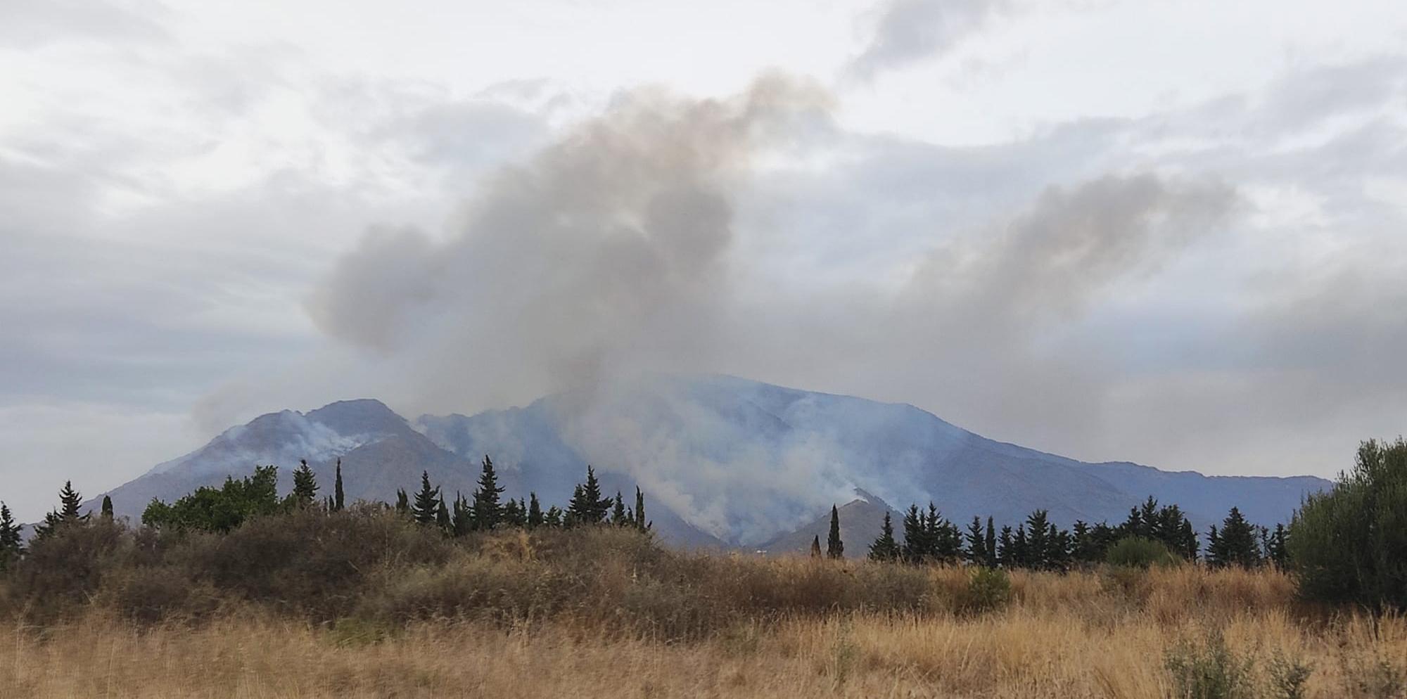 Bomberos, Protección Civil y Cruz Roja Mijas se suman a la lucha contra el fuego