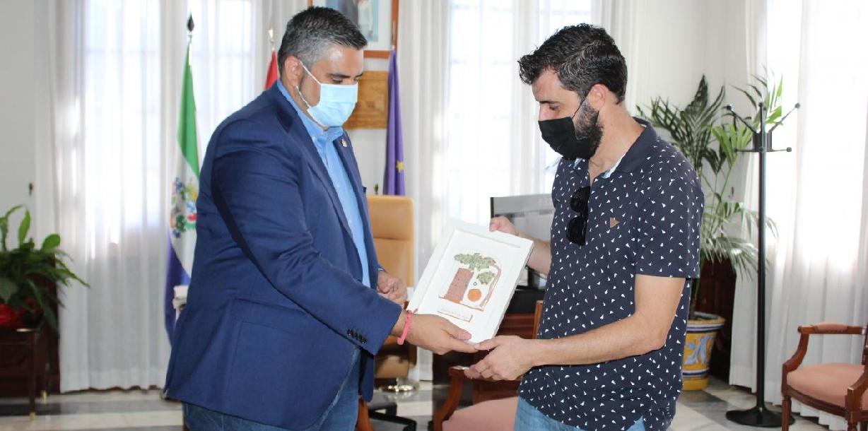 El alcalde recibe a Carlos Peinado, galardonado en los Premios Málaga de Arquitectura