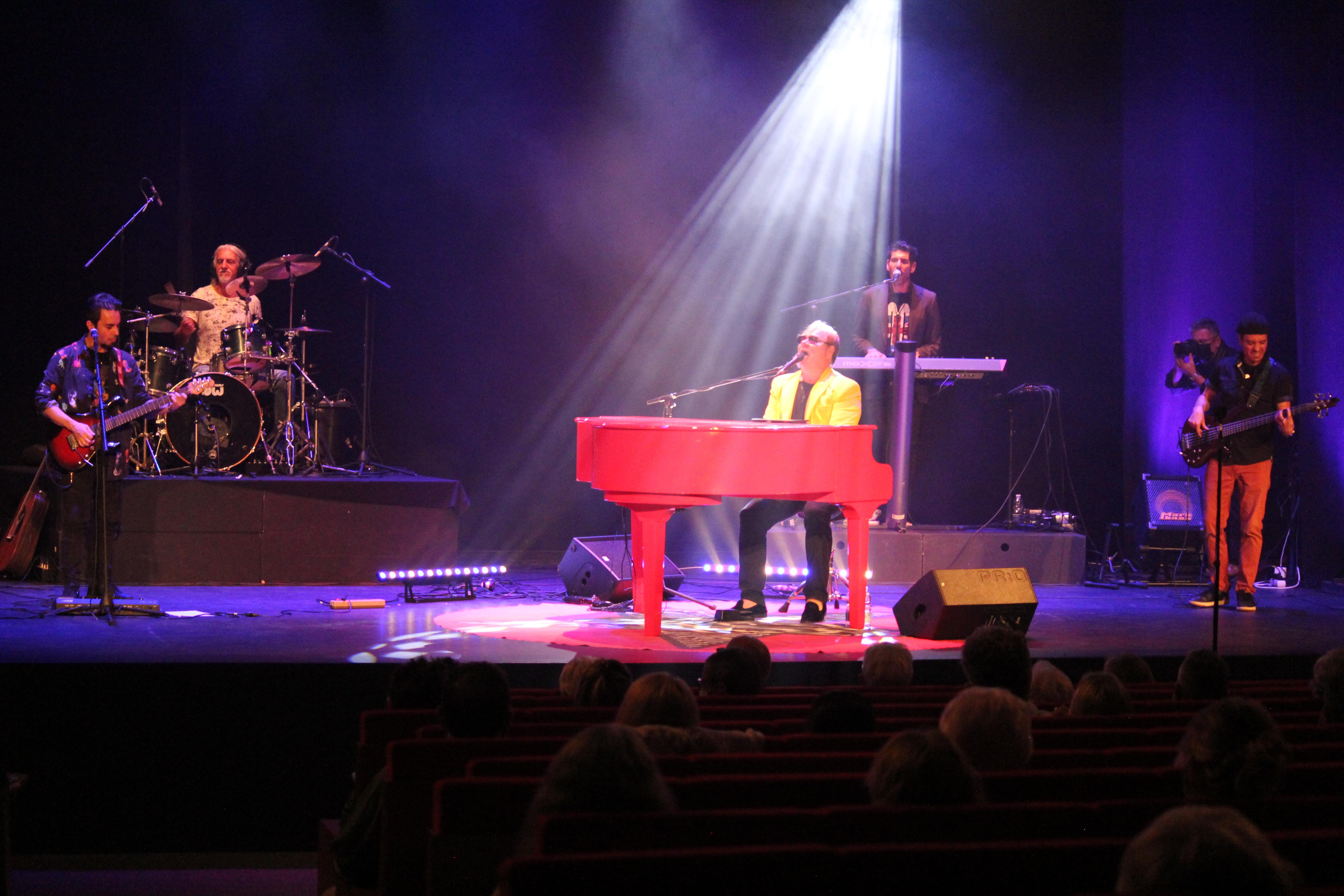 The Elton John Experience enamora a Mijas