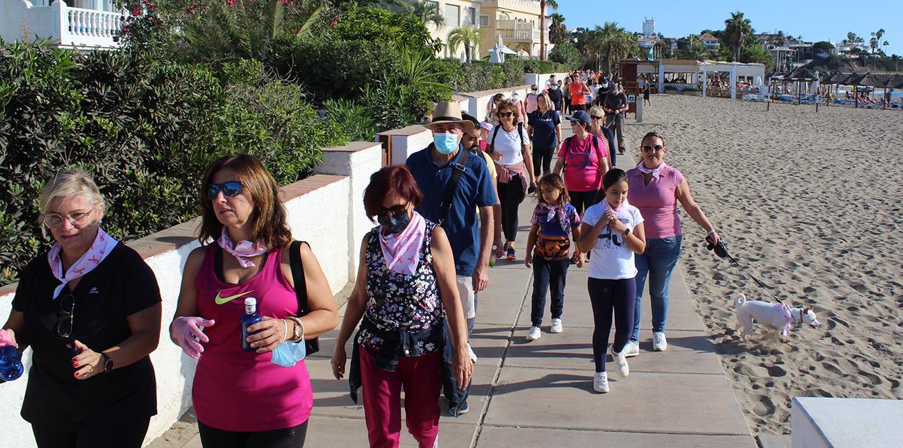 Marcha solidaria de la marea rosa en la Senda Litoral